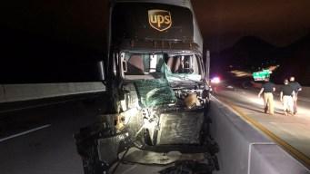 Choque entre camiones deja mujer muerta en I-11