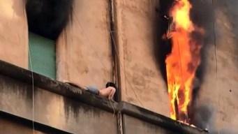 Semidesnudo se acuesta en la cornisa durante incendio