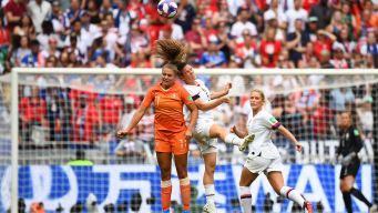 ¡Cayeron desplomadas! Duro choque de O'Hara y Martens en el EEUU vs Holanda