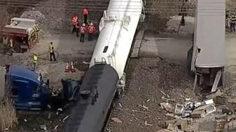 Brutal: tren choca camión pesado y lo parte en dos