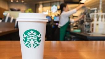 """Starbucks y la Policía llegan a una tregua tras """"inapropiado"""" pedido de un empleado"""