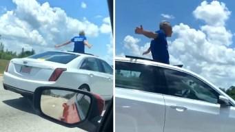 Peligroso e insólito: conduce auto con la mitad de su cuerpo afuera