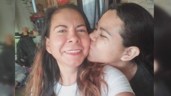 Madre hispana pasa día de las madres en cementerio