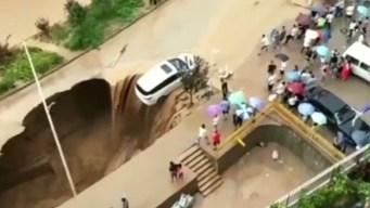En video: cómo evitaron que auto termine en un socavón