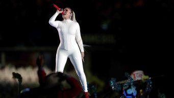 De blanco y apretada: Karol G inaugura la Copa América