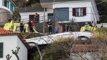 Autobús turístico cae sobre una casa; hay muertos
