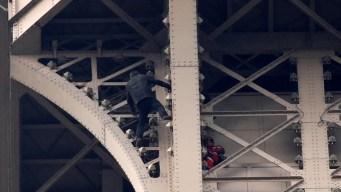 Arrestan a hombre que trepó a Torre Eiffel con amenaza