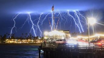 Espectacular y aterrador: tormenta eléctrica ilumina el cielo de California