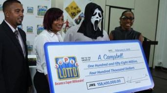 Insólito: ganador de lotería se presenta con tétrica máscara
