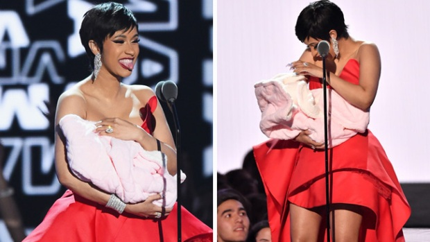 Cardi B lleva a su ¿bebé? al escenario de los premios MTV