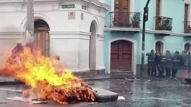 [TLMD - AZ] Ecuatorianos reaccionan a la crisis en su país