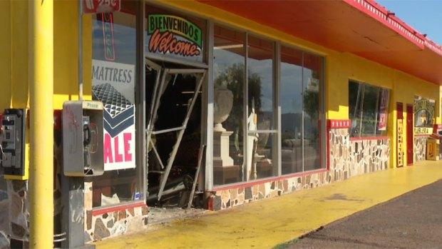 Fotos: Mujer choca brutalmente contra mueblería en Phoenix