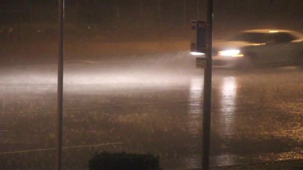 Lluvia y fuertes vientos azotan calles del valle