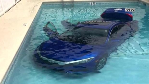 Padre e hija terminan en piscina dentro de vehículo