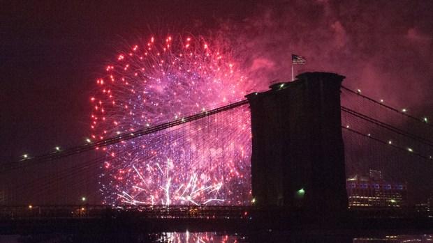 Fuegos artificiales llenan de luz el 4 de julio