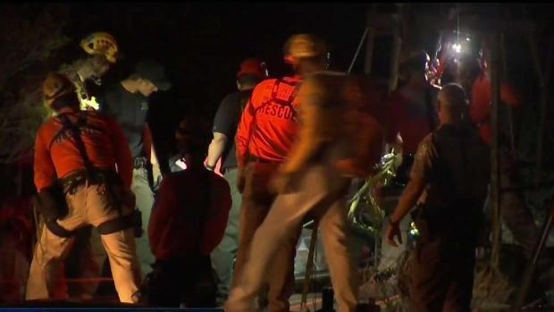 [TLMD - AZ] Rescatan a hombre que cayó en una mina