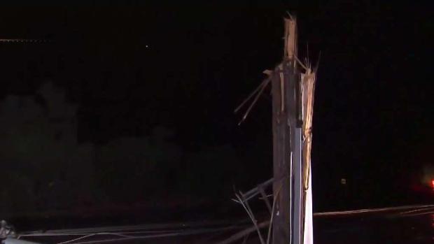 Tormentas derriba postes eléctricos y deja autos atrapa