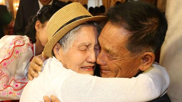 Desgarradores abrazos de familias separadas por años