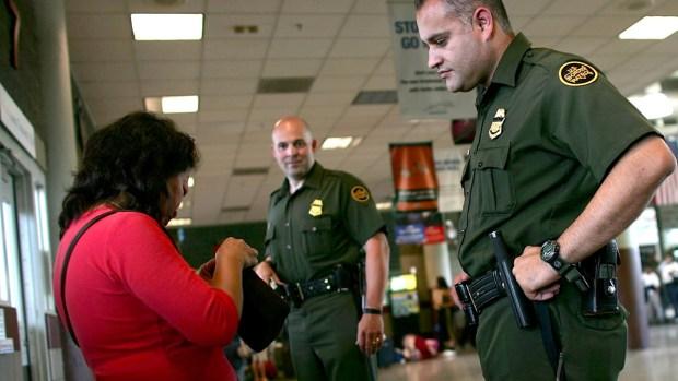 Deportaciones: alertan por uso de documentos falsos