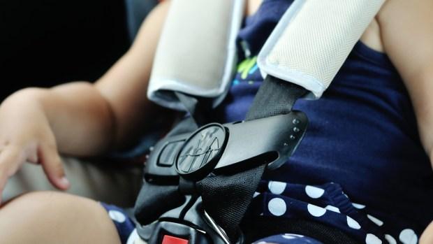 Olvido fatal: bebé muere en el auto expuesto al calor