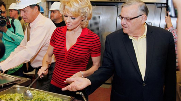 Video: Pamela Anderson y su visita a la cárcel con Arpaio