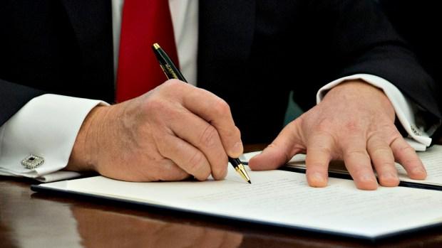 Gobierno de Donald Trump defenderá decreto migratorio en los tribunales