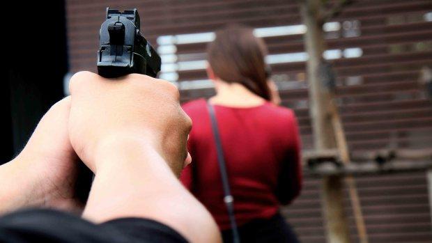 https://media.telemundoarizona.com/images/620*349/shutterstock-generica-pistolero-agresor-02343.jpg