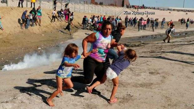 Foto viral: madre migrante huye con sus hijas de los gases lacrimógenos