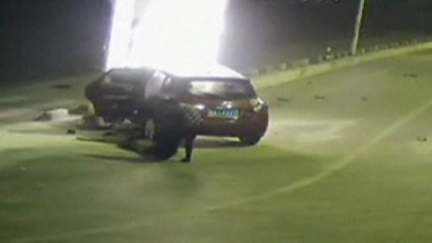 Video: Dramático rescate de un auto en llamas