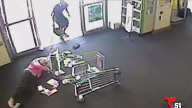 Video: Cruel ataque a anciana en supermercado