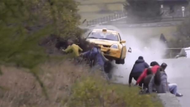 Video: Auto embiste a espectadores