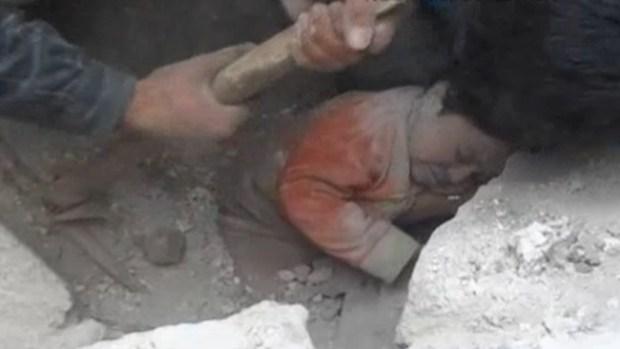 Video: Dramático rescate de una bebé enterrada
