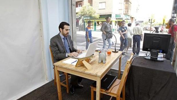 Video: Ingeniosa forma de conseguir empleo
