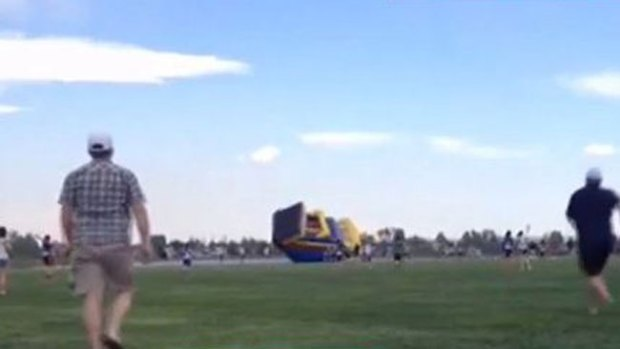 Video: Otra casa inflable sale volando con niños