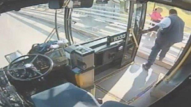 Video: Conductor salva a mujer del suicidio