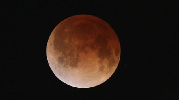 "Video: El eclipse ""tiñó"" la luna de rojo"