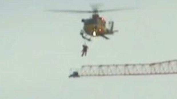 Video: Milagroso rescate de operador de grúa