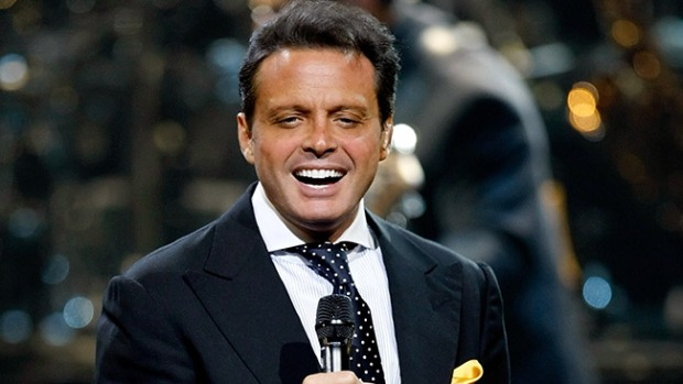 Video: Luis Miguel besa a su novia en concierto
