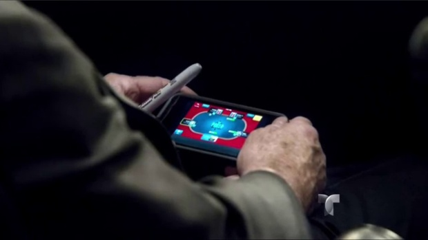 Video: Pillan a McCain jugando en debate