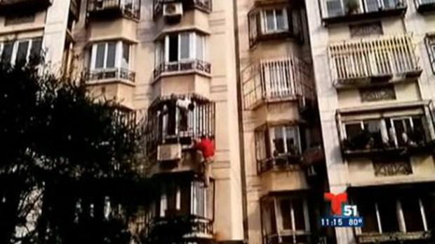 Video: Cayó de un cuarto piso y... ¡Milagro!