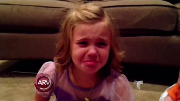 Video: Niña suplica que su hermano no crezca
