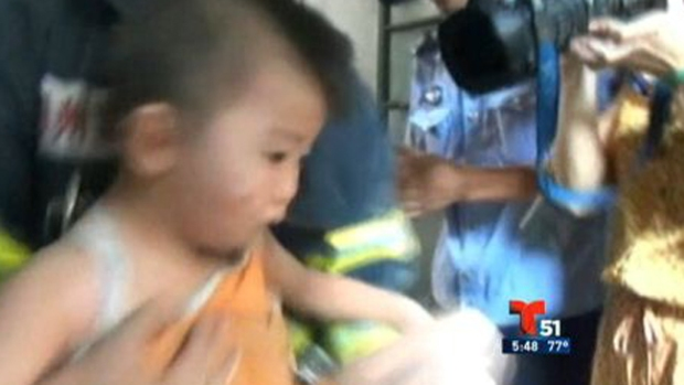 Video: Rescatan a niño atrapado entre paredes