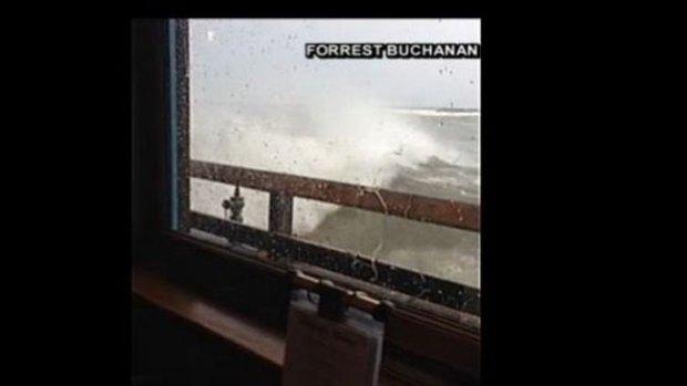 """Video: Ola se """"traga"""" ventana de restaurante"""