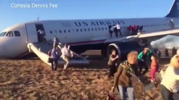 Video: Evacúan avión tras accidente en la pista