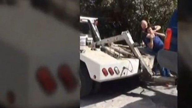 Video: Policía ataca a chofer de grúas