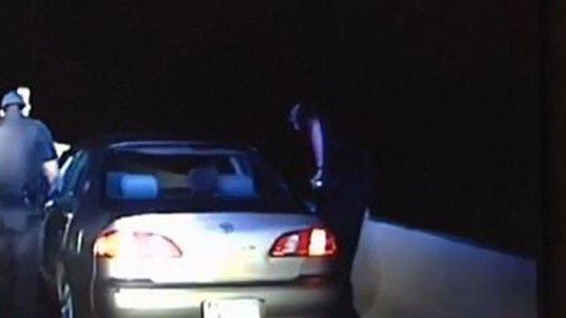 Video: Policía toma decisión que le salva la vida