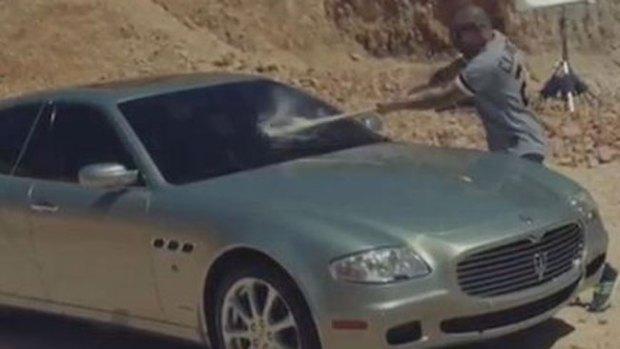 Video: René de Calle 13 destroza su Maserati