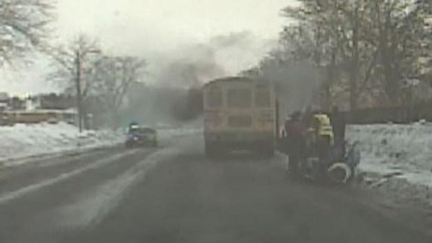 Video: Niños rescatados de autobús en llamas