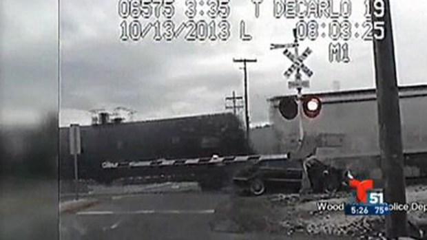Video: ¡Insólito! Choca con 2 trenes y se salva