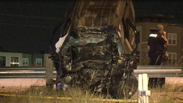 FOTOS: Muere al destrozar auto contra poste de metal